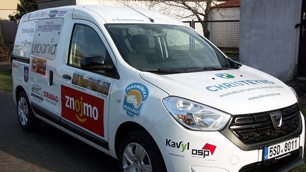 Města a obce Znojemska, ale také firmy se složily na nový sociální automobil. Od prosince ho využívá Pečovatelská služba Centra sociálních služeb Znojmo.