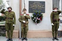 Zástupci Sokola Znojmo a členové klubů vojenské a policejní historie v uniformách prvorepublikových vojáků, příslušníků finanční stráže, policie a četnictva, položili věnec k pamětní desce brigádního generála Jiřího Jaroše.