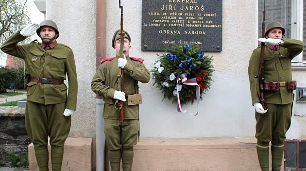 Vzdali hold generálu Jarošovi. V uniformách