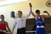 Teprve patnáctiletý Bohuslav Kočka (vpravo) bojoval ve Znojmě v zápase první ligy. Velký ring tentokrát pořadatelé postavili ve znojemském Lidovém domě, kde mívala boxerská klání tradici.