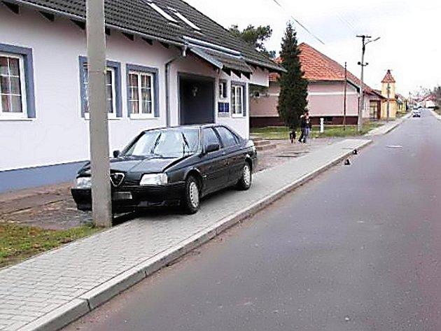 Opilý řidič narazil do betonového sloupu v Šanově.