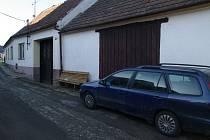 Na obecním úřadě v Žerůtkách visí po sobotním neštěstí černý prapor. V garáži rodinného tomu tam totiž v sobotu odpoledne zahynul sedmadvacetiletý policista a jeho devětačtyřicetiletá matka.