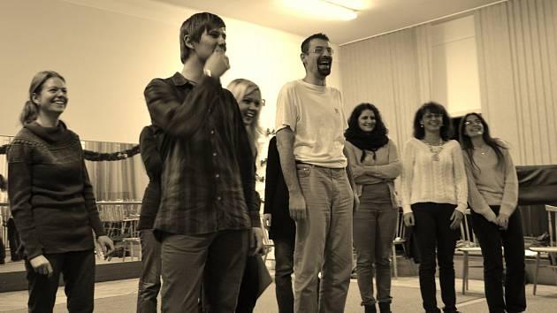 Herci Divadelního studia při základní umělecké škole se připravují na premiéru.