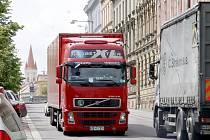 Těžké kamiony obtěžují obyvatele měst i obcí.