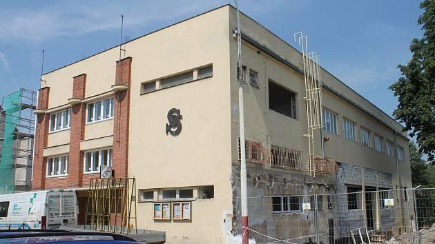 Opravy moravskokrumlovské sokolovny, jejíž součástí je i kinosál.