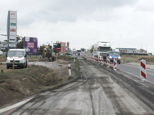 Stavba nového kruhového objezdu na silnici první třídy číslo 38 v Hatích.