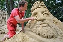 Z dvou set padesáti tun písku vytvořili umělci v čele s mladým sochařem Michalem Olšiakem řadu mohutných soch poblíž podniku Rumburak u Bítova. Motivy soch pochází z různých kontinentů. Výstava nese příznačné jméno: Písečný svět.