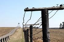 U Čížova na hranici Národního parku Podyjí se dochovalo tři sta metrů drátěného zátarasu s pozorovatelnou, kterou za komunismu využívala pohraniční stráž k ostraze stání hranice Československa. Jde o jediný původní úsek železné opony v zemi.