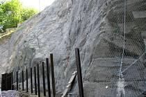 Na Dyjské ulici ve Znojmě pokračuje zabezpečení skal, které kvůli zvětrávání padaly na silnici. Stavební firma již část skal zajistila proti dalšímu drolení.