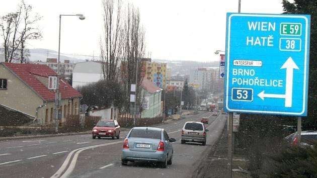 Průtah Znojma, silnice první třídy číslo I/38, která slouží řidičům jedoucím také z Prahy do Vídně, je dlouhý sedm kilometrů a dvě stě metrů.