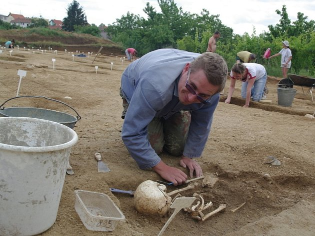 Letošní archeologické práce studentů na Hradišti, na které dohlíží šéf tamního výzkumu Bohuslav Klíma, započaly zhruba před týdnem a potrvají do poloviny srpna.