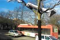 Neznámý člověk zavěsil do koruny stromku v  ulici Sokolská ve Znojmě  patrně nefunkční, avšak kompletní vysavač.  Ohrožoval i chodce na chodníku.