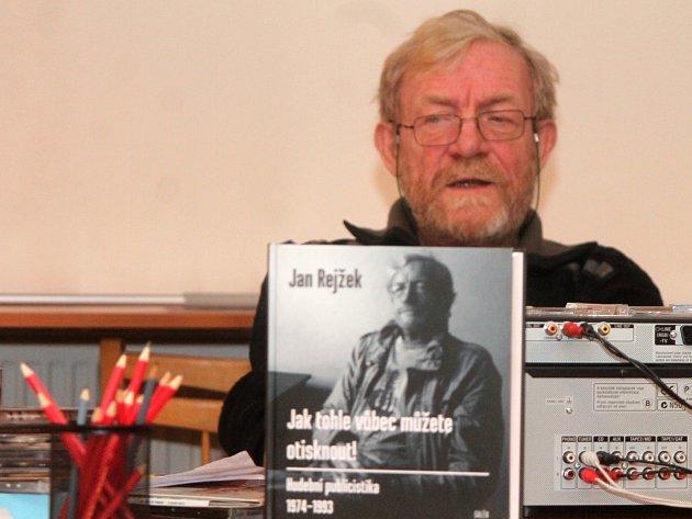 Hudební kritik Jan Rejžek bavil v úterý v podvečer posluchače v Městské knihovně ve Znojmě.