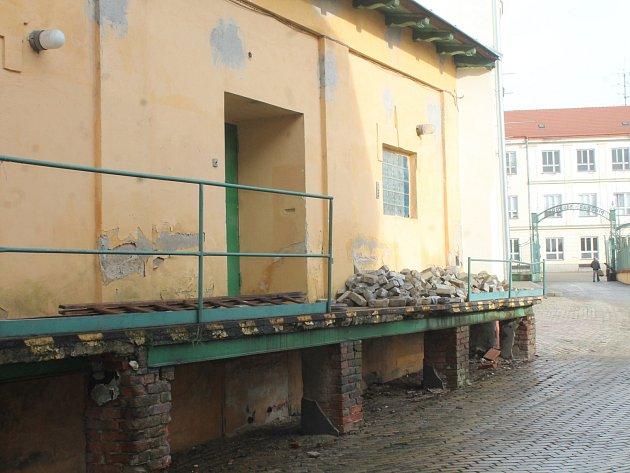 Výhled od kostela sv. Mikuláše na kdysi prosperující areál bývalého pivovaru Hostan je stále ještě přívětivý. Uvnitř areálu ale už zub času a chybějící opravy udělaly své.