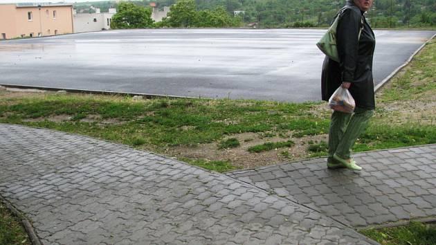 Zhruba rok je u Vídeňské ulice vybudovaná velká asfaltová plocha. Nad jejím využitím se stále dumá.
