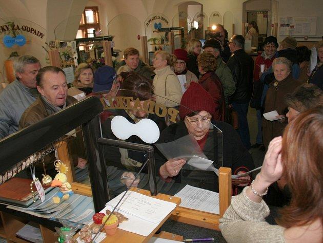 Desítky důchodců staly frontu na zvýhodněnou dovolenou v Chorvatsku