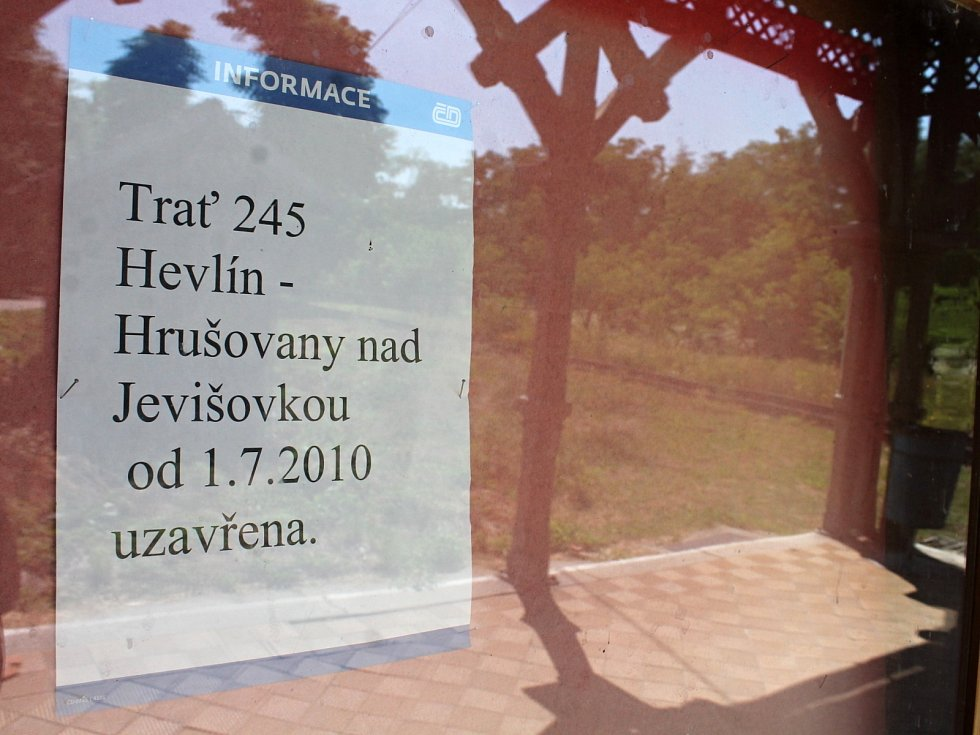 Nádraží v Hevlíně zůstává prázné a opuštěné od července 2010, kdy skončil provoz lokálky do Hrušovan nad Jevišovkou.