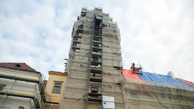 Jeden zposledních pohledů na kompletní lešení, jeho vrchol kolem korunky věže již mizí a odhaluje střechu a novou kopuli.