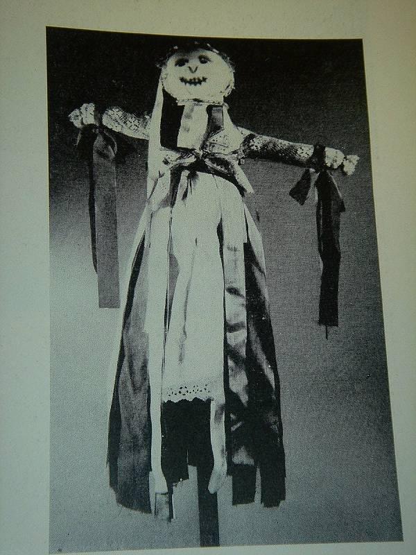 K předvelikonočním tradicícm patří zvyky spojené se Smrtnou neděli. Na snímku Smrtolka z Medlic a roku 1967.