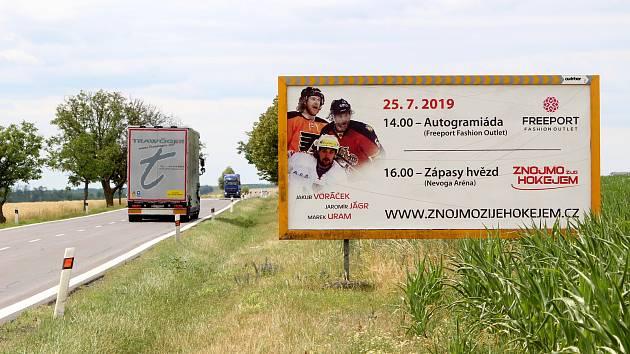 U silnic prvních tříd na Znojemsku jsou stále billboardy. Měly by už dva roky být alespoň padesát metrů od krajnice. Jeden stojí u silnice číslo I/38 mezi Chvalovicemi a Hatěmi.