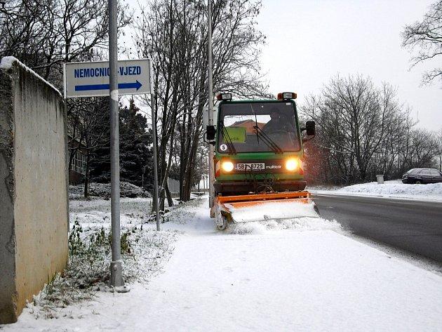 Od úterního rána se řidiči i chodci na Znojemsku potýkají s namrzajícím sněhem.