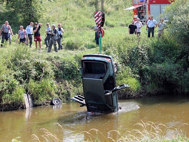 Renaulta s rakouskou registrační značkou vytahovali hasiči a policisté z koryta řeky Dyje mezi Hevlínem a státní hranicí s Rakouskem.