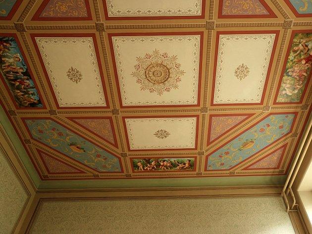 Hrušovanská radnice má zrestaurované další zmaleb, na kterých se  počátkem 80.let 19.století vtehdejší soukromé vile podílel Alfons Mucha.