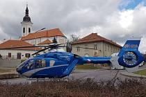 Záchranářský vrtulník přistál za kostelem v Hrušovanech nad Jevišovkou krátce po pátečním poledni.