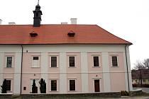 Smysluplné využití našli nedávno pro opuštěný objekt uprostřed vesnice v Tvořihrázi. Zchátralý zámeček proměnili v muzeum, které přibližuje vesnický vesnický život v minulosti.