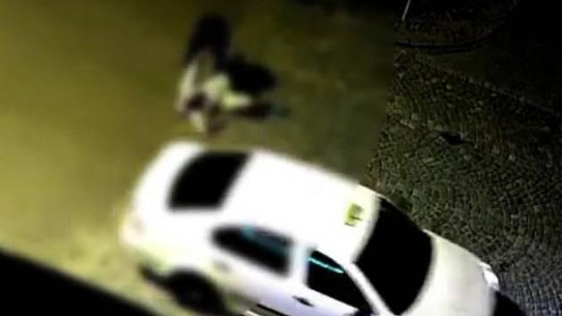 Útok agresora na jiného muže zachytila kamera znojemských strážníků v neděli v noci. Útočník pak z místa odjel taxíkem.