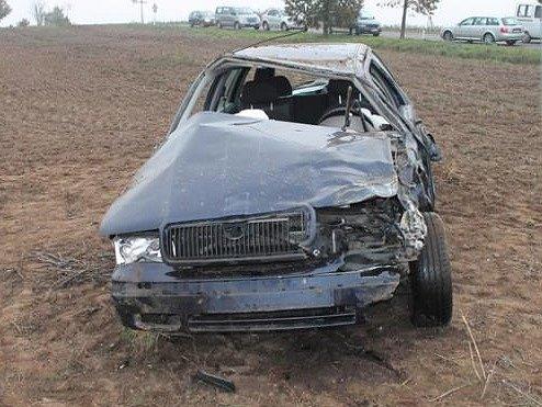 Zřejmě rychlá jízda zapříčinila havárii, ke které došlo v úterý ve čtyři hodiny odpoledne u Havraníků. Osmnáctiletý mladík po projetí levotočivé zatáčky vyjel vpravo mimo silnici. Strhl volant vlevo a dostal smyk.