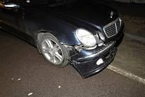 Během manévrování s autem vyvrátil řidič ze Znojemska i dopravní značku v ulici U Domoviny a pak z místa odjel.