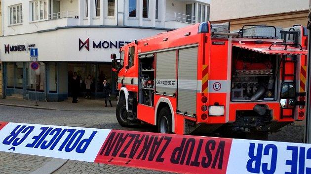 Uzavřené okolí banky: šest lidí se nadýchalo neznámé látky, skončili v nemocnici