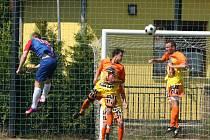 Fotbalisté IE Znojmo (v oranžovém) porazili vedoucí celek krajského přeboru Blansko 2:0.