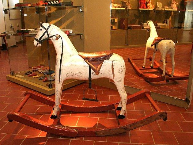 Výstava hraček minulého století na zámku ve Vranově nad Dyjí.