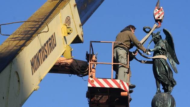 Okřídlená socha Niké letěla vzduchem, čeká ji oprava