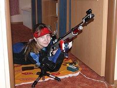 Šuménská střelkyně při domácím tréninku. Své diabolky posílá z dětského pokoje do ložnice rodičů.