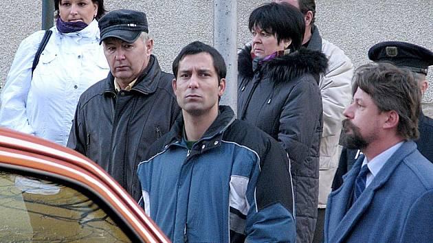 Nový obžalovaný v případu Antonín Škrdla (uprostřed v budně).