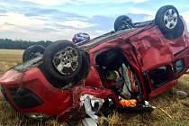 Dvě osobní auta se srazila v úterý po šesté hodině večerní nedaleko Miroslavských Knínic. Jedno z aut skončilo na střeše.
