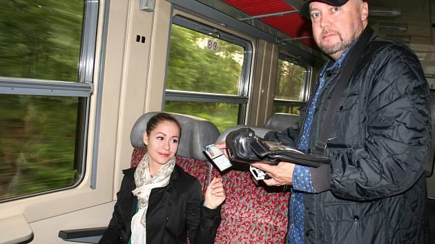 Vlakvedoucí má v hlavě přesné časy příjezdů a odjezdů ze všech stanic na trase. Ve vlaku zná každý koutek.