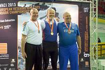 Třiašedesátiletý znojemský diskař Miloš Gryc si v březnu z Halového mistrovství Evropy ve Španělsku odvezl zlatou medaili v kategorii masters čili veteránů. Gryc (na snímku uprostřed) hodil 49,44 metru, což na zlato stačilo.