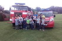 Mladí valtrovičtí hasiči s technikou sboru, cisternou Škoda a přepravním autem.
