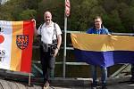 Požadavek na uvolňování cest k sousedům přes hranici podpořili v první květnový den skupiny zastupitelů a dalších účastníků ze Znojma a Retzu na hraničním mostě přes Dyji v Hardeggu.