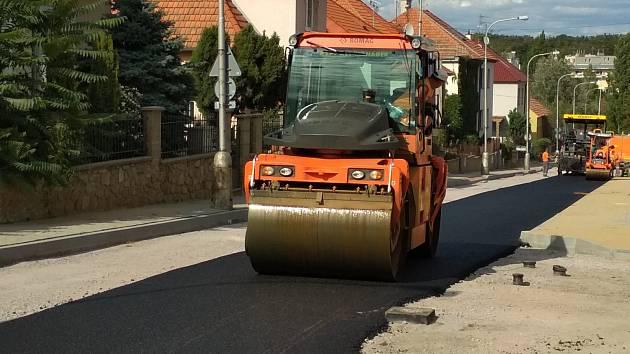 Opravy Legionářské ulice ve Znojmě pokračují v termínu. Stavbaři tam pracují jak na povrchu silnice, tak na chodnících.
