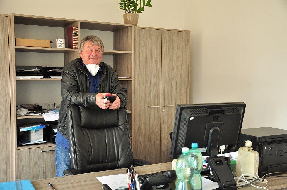 V Litobratřicích na Znojemsku dokončí kanalizaci a čistírnu odpadních vod na podzim, stát bude přes sto milionů korun. Na snímku starosta obce Milan Kadlečík.