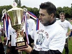 Dlouholetý znojemský kapitán Todor Yonov s pohárem.
