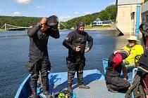 Ze dna vranovské přehrady potápěči opět vylovili lahve sektu, který pod vodou dozrával,