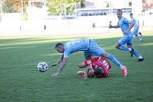 Třetiligoví fotbalisté Znojma (modří) spadli na poslední místo tabulky MSFL. Letos ještě nevyhráli.