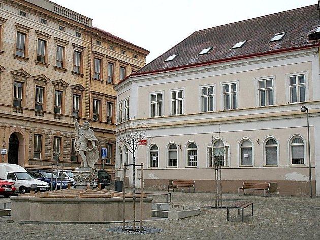 Rohová budova bývalého katastru ve Veselé ulici.