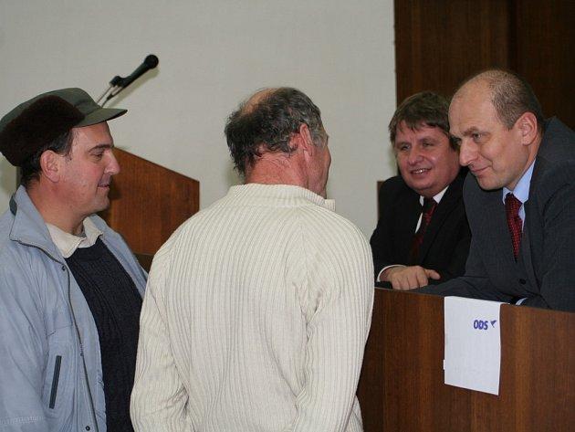 Ministr Gandalovič diskutuje se zemědělci